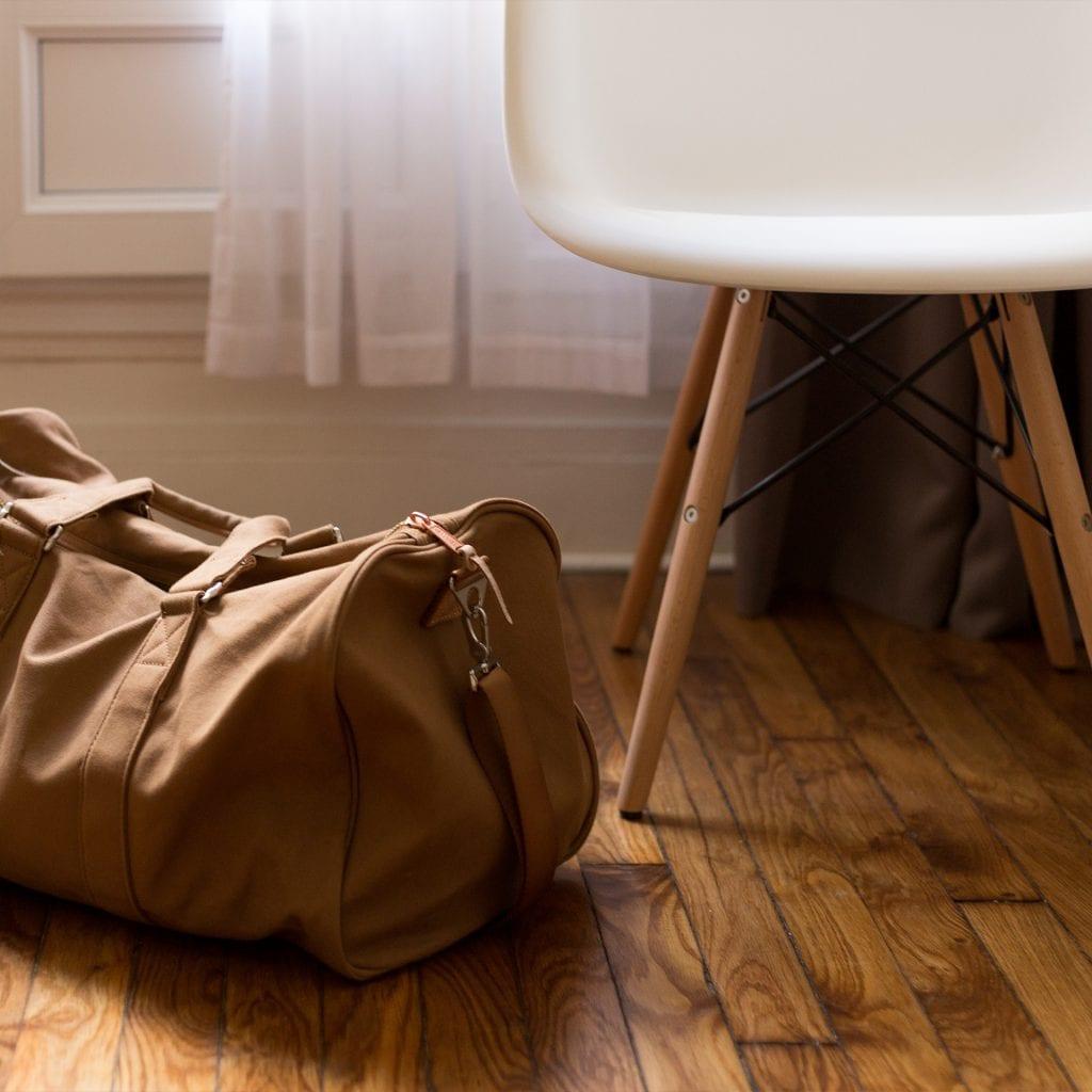 parquet bois sac et chaise