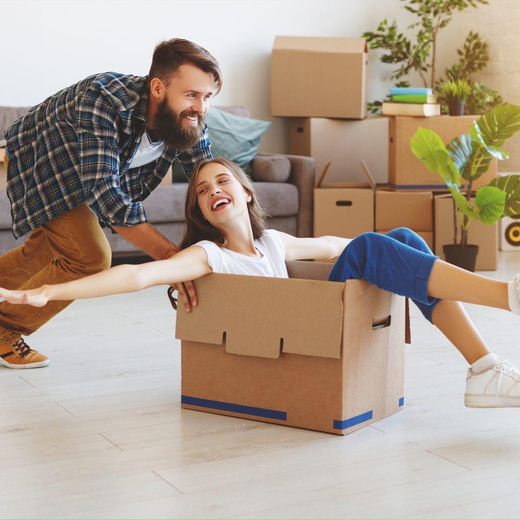 homme et femme déménage
